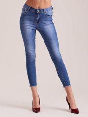 Niebieskie jeansy 7/8 z wystrzępionymi nogawkami