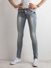 Niebieskie jeansy skinny z koronką