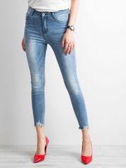 Niebieskie jeansy skinny z postrzępionymi nogawkami