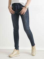 Niebieskie jeansy z cekinowym lampasem