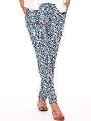 Niebieskie spodnie w abstrakcyjne wzory