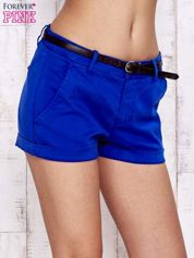 Niebieskie szorty ze skórzanym paskiem