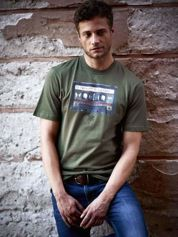 Oliwkowy t-shirt męski z nadrukiem kasety