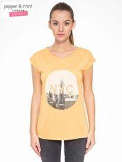 Pomarańczowy t-shirt z nadrukiem NYC zdobiony dżetami