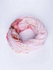 Różowa chusta ze wzorem z palmą
