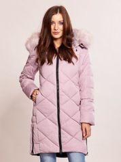Różowa pikowana kurtka na zimę z futrzanym kołnierzem