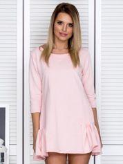 Różowa sukienka dresowa z falbankami