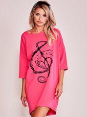 Różowa sukienka oversize z nadrukiem