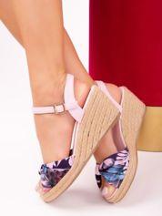 Różowe sandały na koturnach w kolorowe kwiaty
