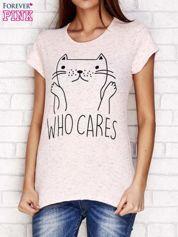 Różowy t-shirt z napisem WHO CARES