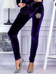 Spodnie dresowe welurowe z błyszczącymi kamyczkami fioletowe