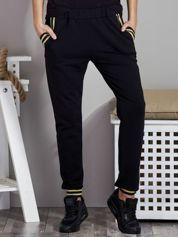 Spodnie dresowe ze ściągaczami w paski czarne