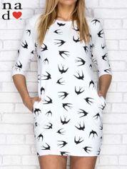 Sukienka dresowa z nadrukiem w jaskółki biała
