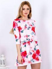 Sukienka jasnoróżowa w kwiaty z gumką w pasie