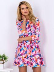 Sukienka w kolorowe kwiatowe wzory z marszczeniem