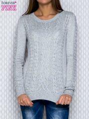 Sweter z warkoczowymi splotami szary
