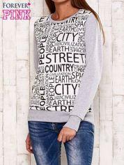 Szara bluza z tekstowym nadrukiem