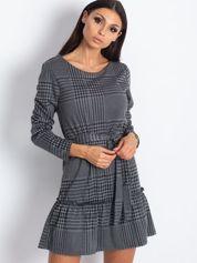Szara sukienka w pepitkę z paskiem i szeroką falbaną