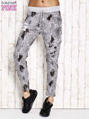 Szare spodnie dresowe z motywem skóry węża i brokatową aplikacją