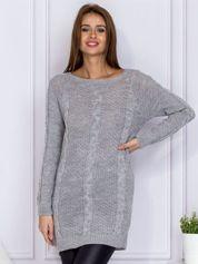 Szary sweter z dzianiny w warkocze