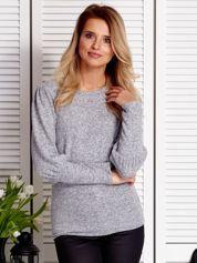 Szary sweter z marszczeniami na rękawach