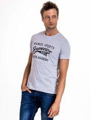Szary t-shirt męski ze sportowym nadrukiem i napisem SUPERIOR