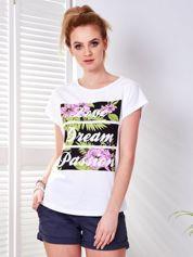 T-shirt biały z egzotycznym nadrukiem i napisem