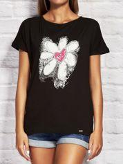 T-shirt damski z rysunkowym kwiatem czarny