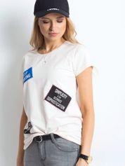 T-shirt jasnobrzoskwiniowy z nadrukiem naszywek