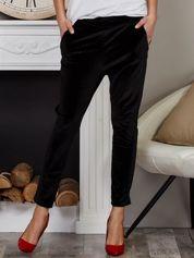 Welurowe spodnie rurki z kieszeniami czarne