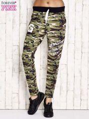 Zielone ocieplane spodnie dresowe motyw militarny