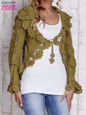 Zielony sweter o szerokim splocie z wiązaniem