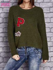 Zielony włochaty sweter z naszywkami