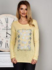 Żółta bluzka z nadrukiem cekinowych gwiazd