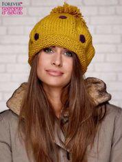 Żółta czapka w grochy