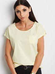 Żółty t-shirt z kieszonką i guzikami na ramionach