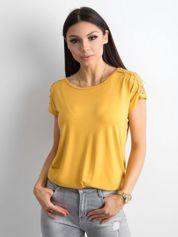 Żółty t-shirt z koronką na rękawach