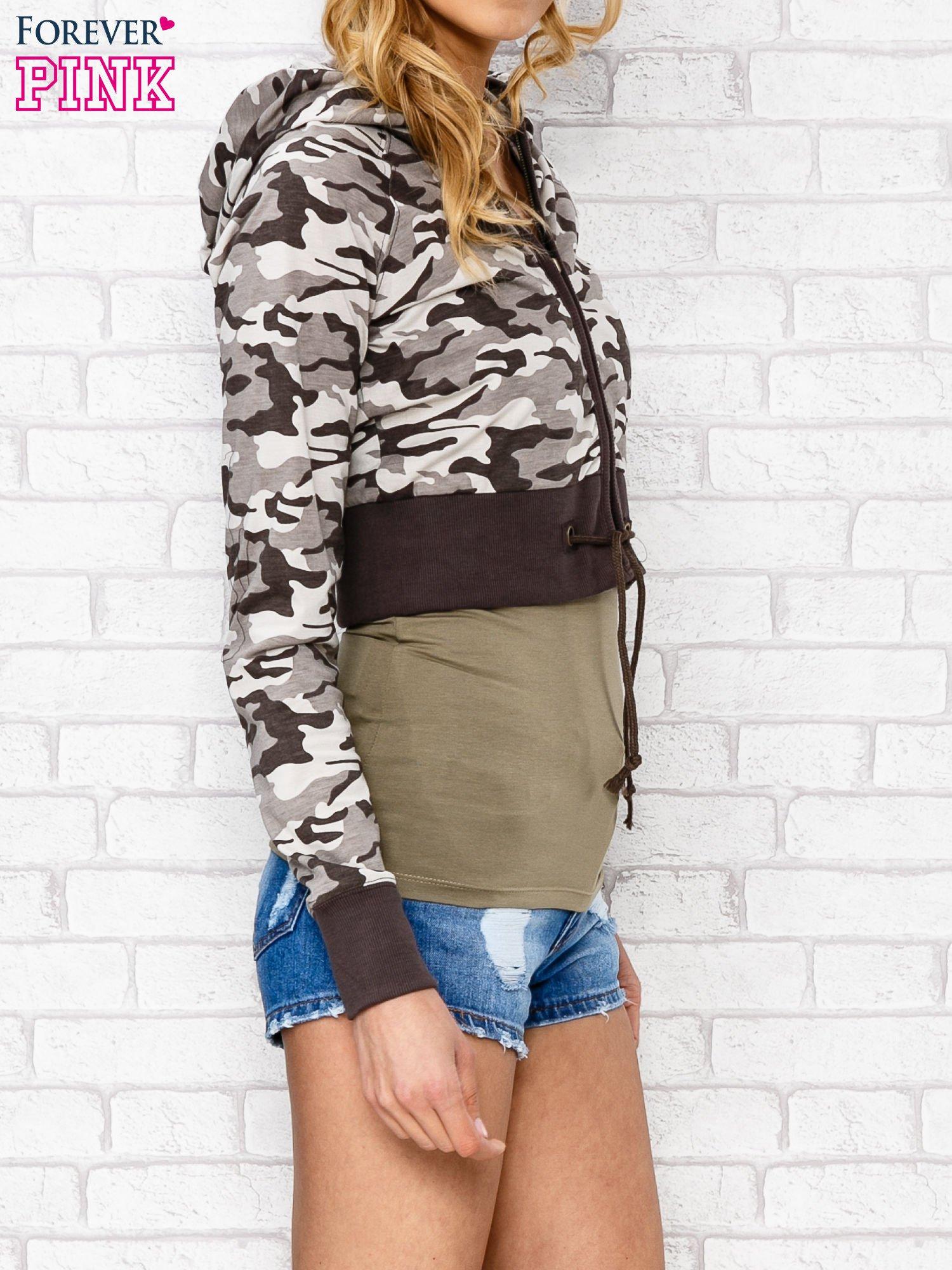Beżowa bluza cropped we wzór moro                                  zdj.                                  3