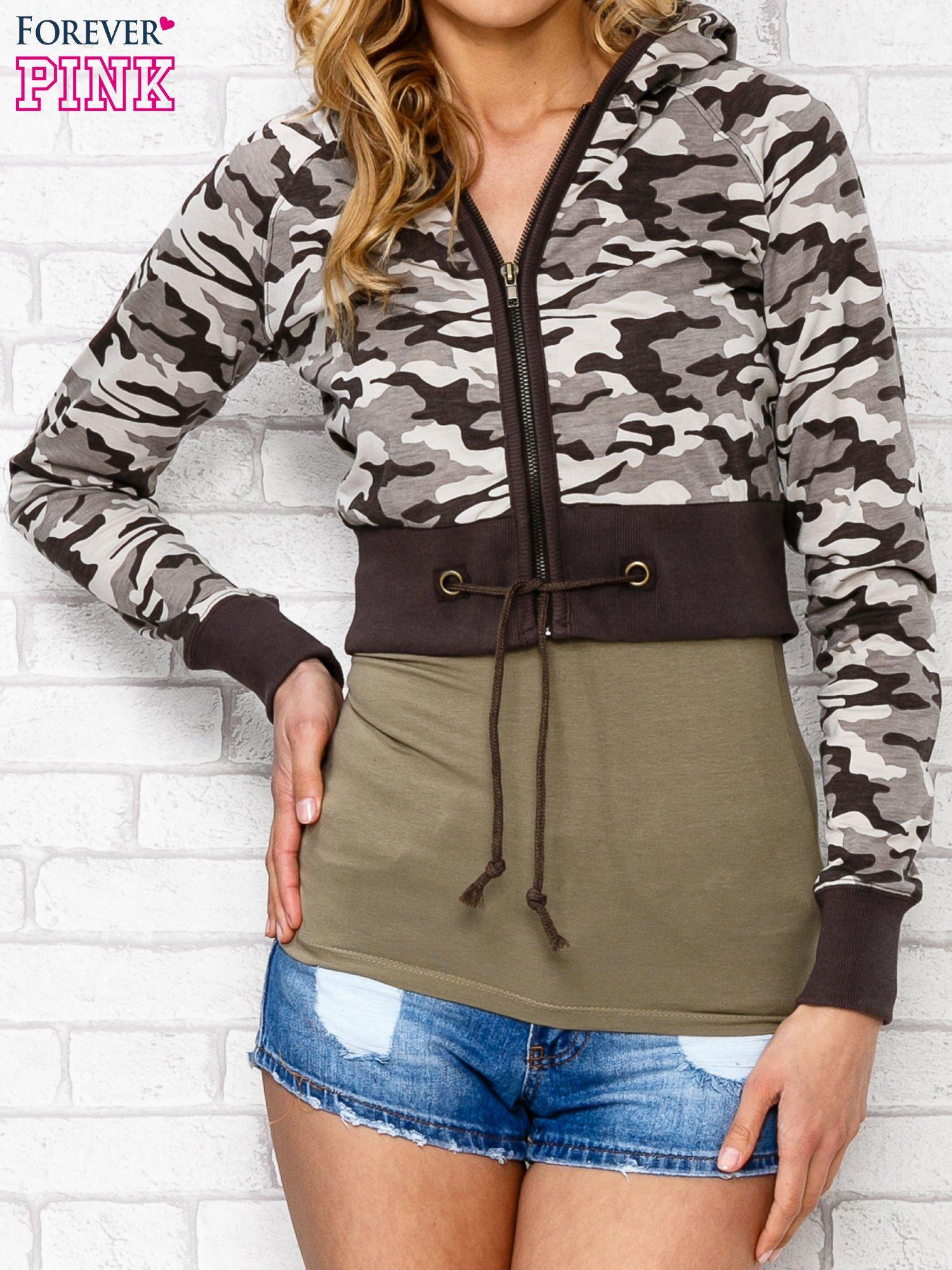 Beżowa bluza cropped we wzór moro                                  zdj.                                  5