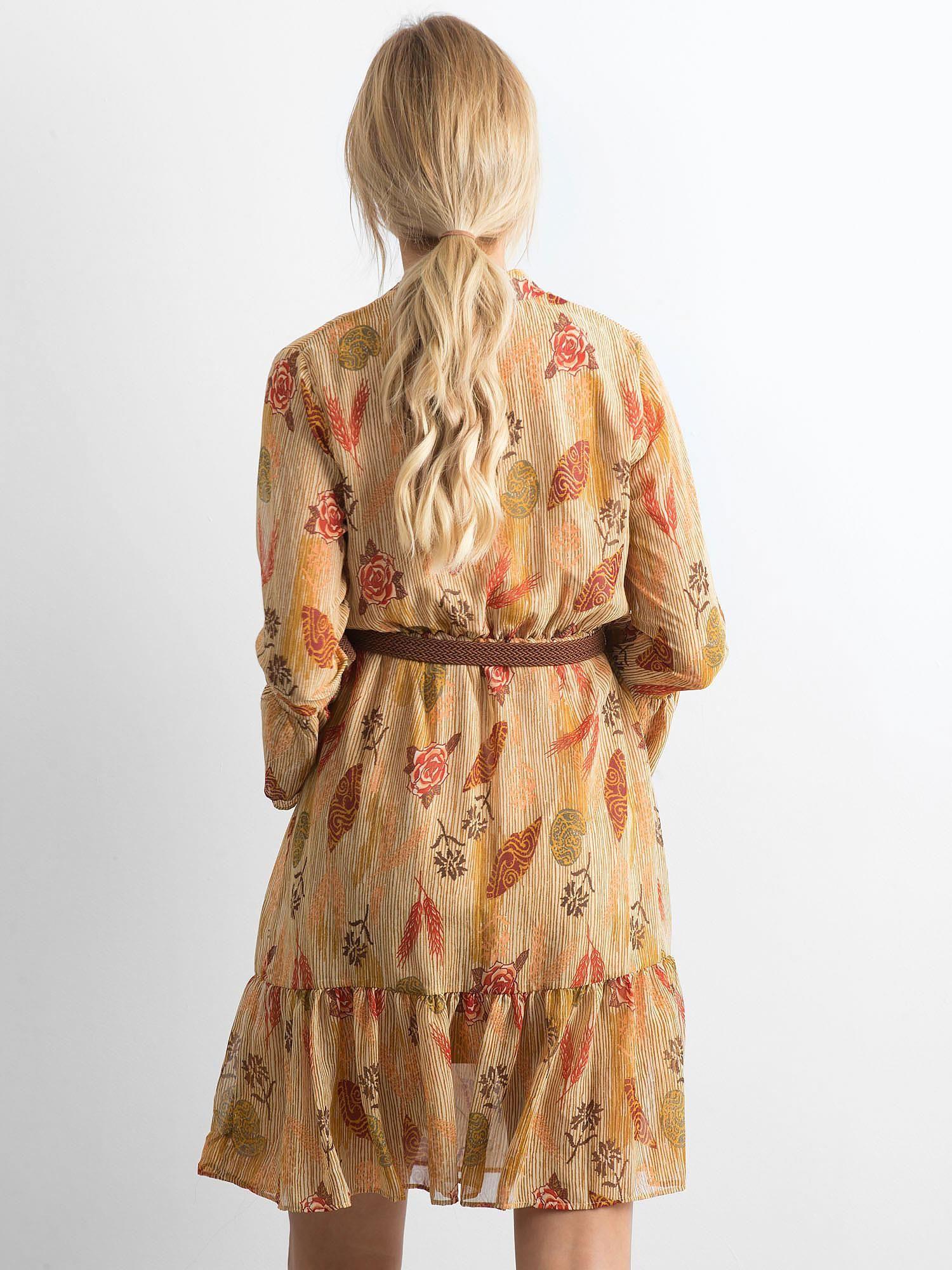 83bc4337dc Beżowa sukienka we wzory z falbaną - Sukienka z printem - sklep eButik.pl