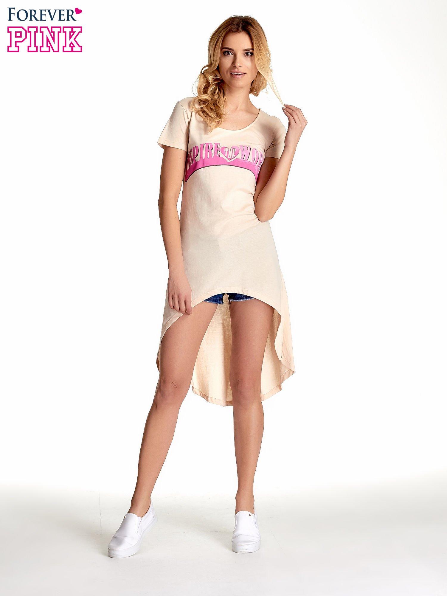 Beżowa sukienka z dłuższym tyłem i napisem INSPIRE THE WORLD                                  zdj.                                  5