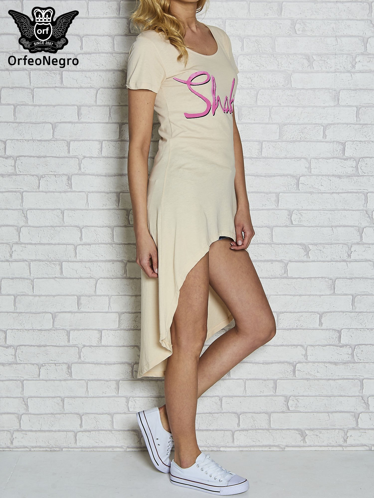 Beżowa sukienka z dłuższym tyłem i napisem SHAKE!                                  zdj.                                  3
