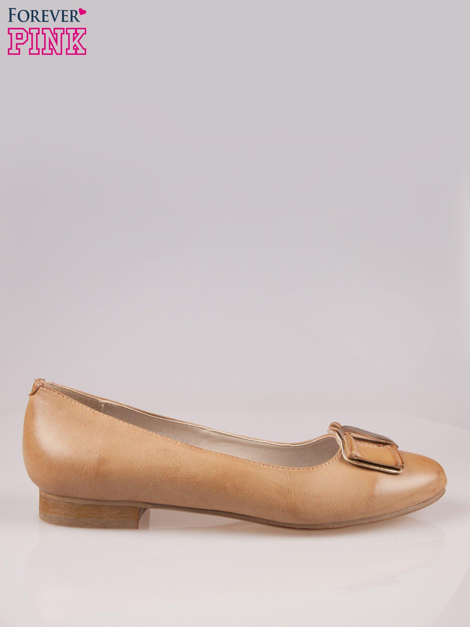 Beżowe baleriny faux leather Sophie ze złotą kokardą                                  zdj.                                  1