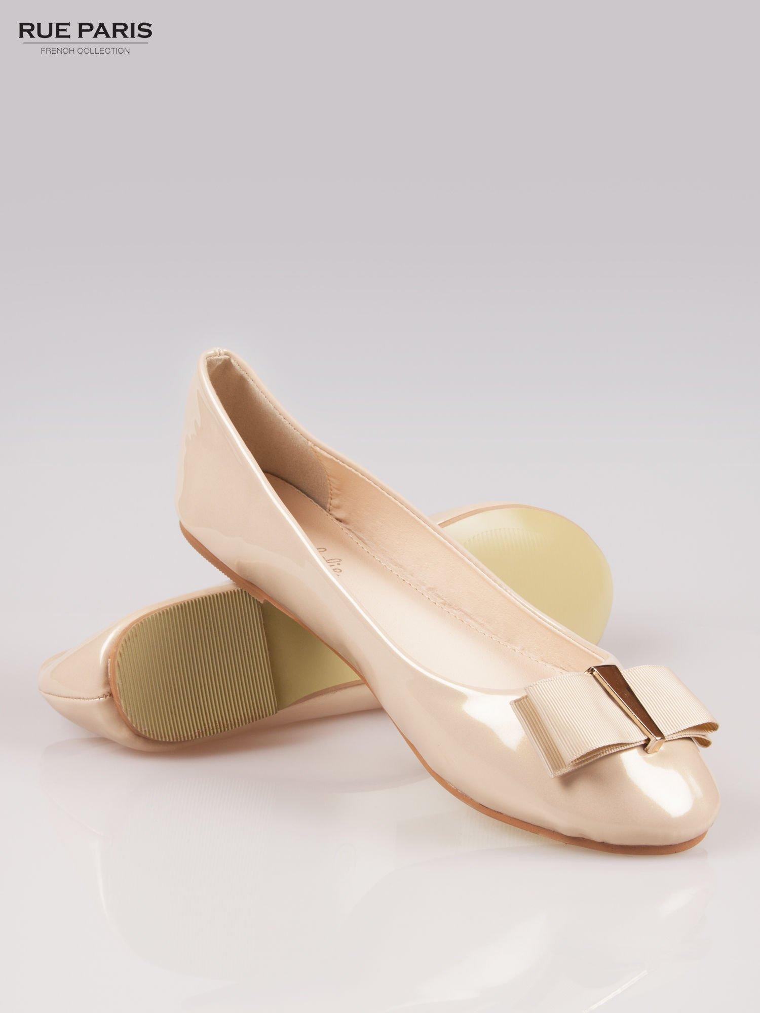Beżowe błyszczące balerinki faux leather Melanie z kokardką                                  zdj.                                  4