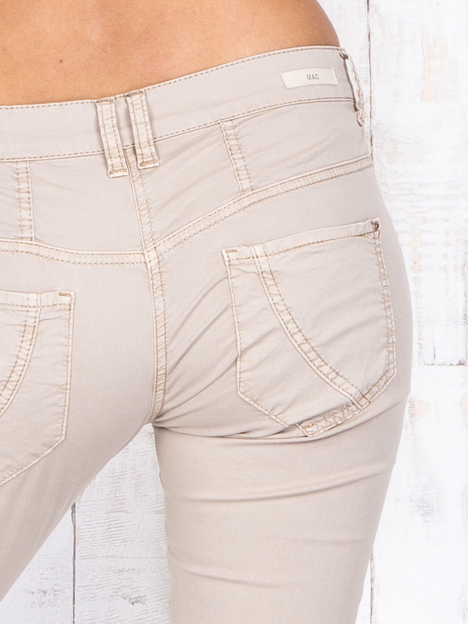 Beżowe materiałowe spodnie regular na guziki                                  zdj.                                  5