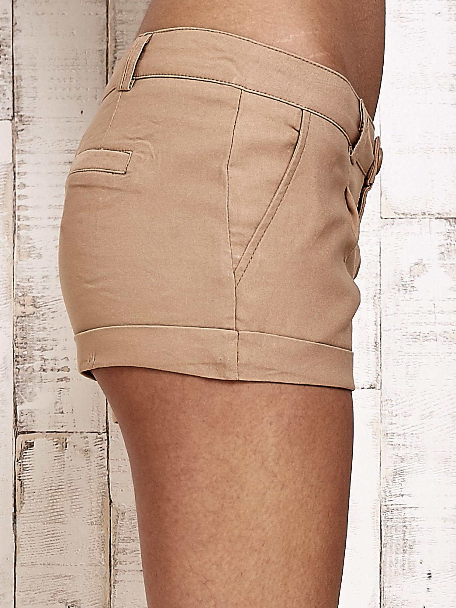 Beżowe materiałowe szorty z podwijaną nogawką                                  zdj.                                  6