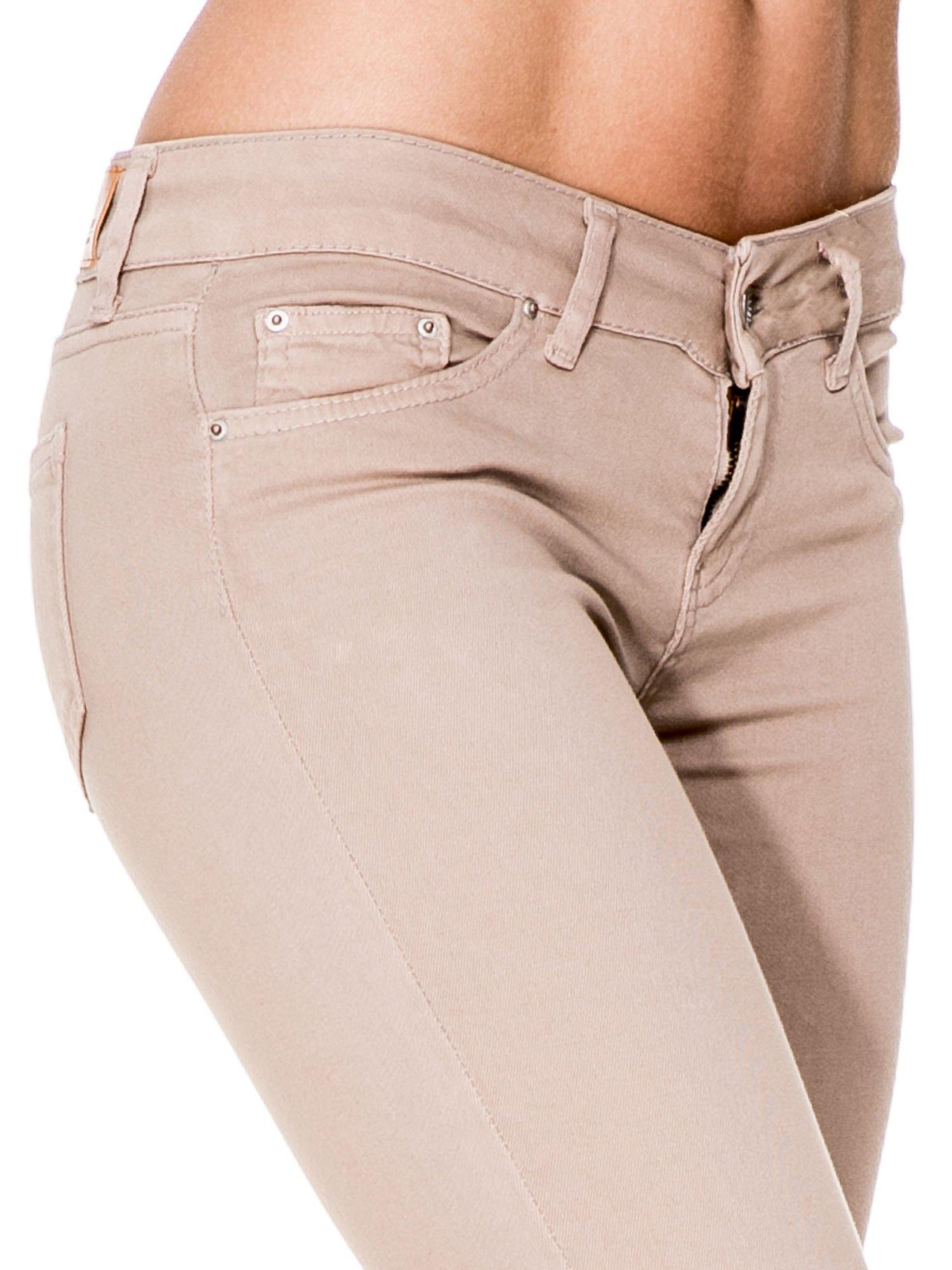 Beżowe spodnie typu skinny z elastycznego materiału                                  zdj.                                  6
