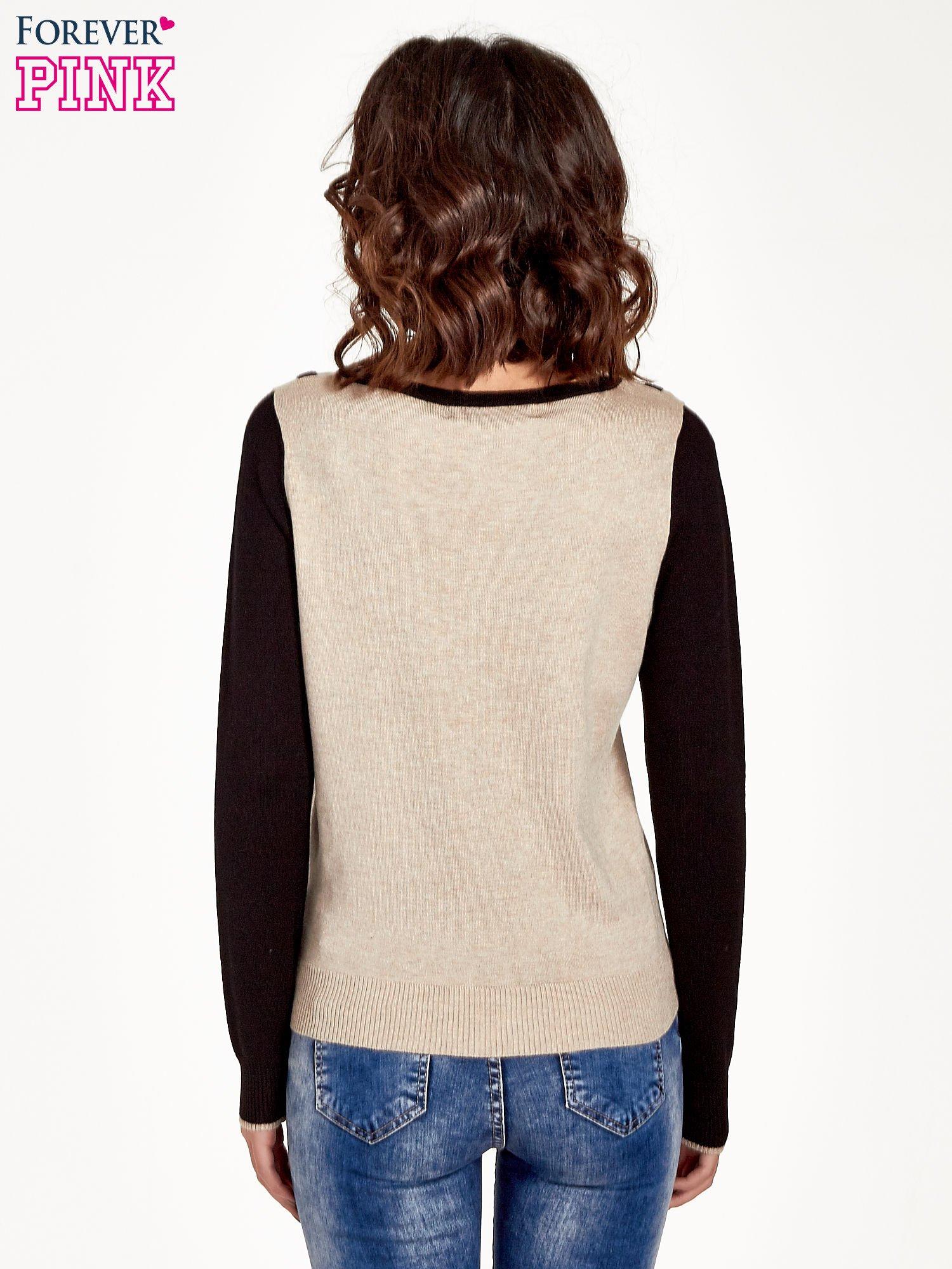 Beżowo-czarny sweter z ozdobnym dekoltem w łódkę                                  zdj.                                  4