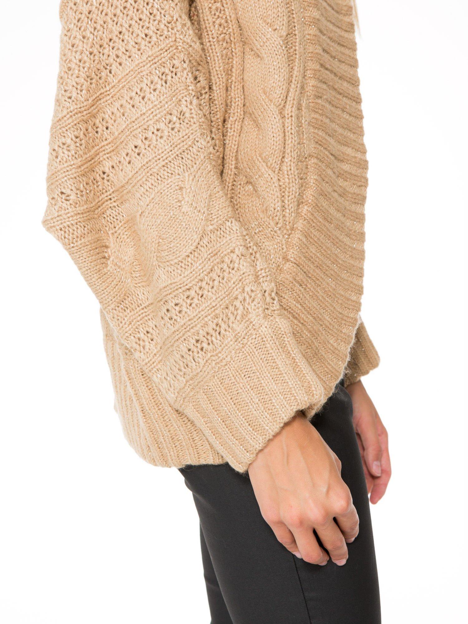 Beżowy dziergany sweter typu kardigan przeplatany błyszczącą nicią                                  zdj.                                  8
