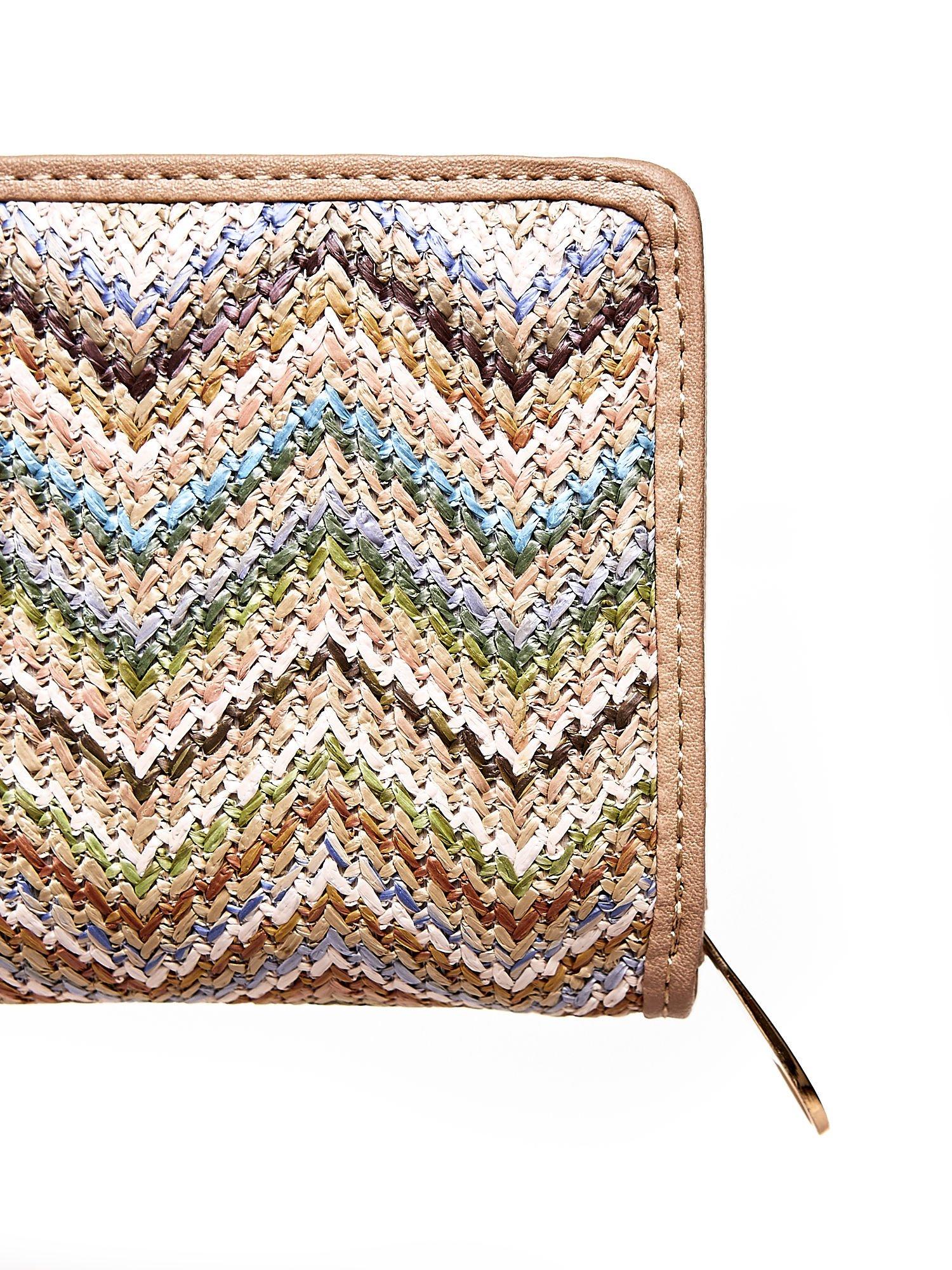 Beżowy pleciony portfel w jasne geometryczne wzory                                  zdj.                                  5
